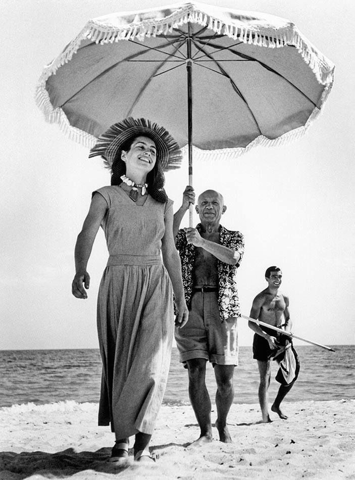 Pablo Picasso e Françoise Gilot nel 1948, fotografati dal grande Robert Capa (Magnum Photos)