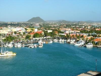 Oranjestad, el pueblo que rodea este puerto es el más comercial de la ciudad!      Foto extraída desde: turismoenfotos.com