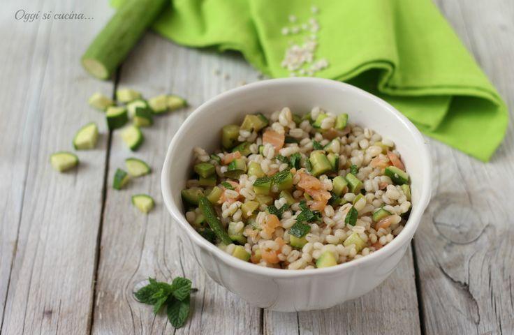 L'insalata di orzo con zucchine e salmone affumicato, un'alternativa alle solite insalate estive, saporita, sfiziosa e semplice da preparare.