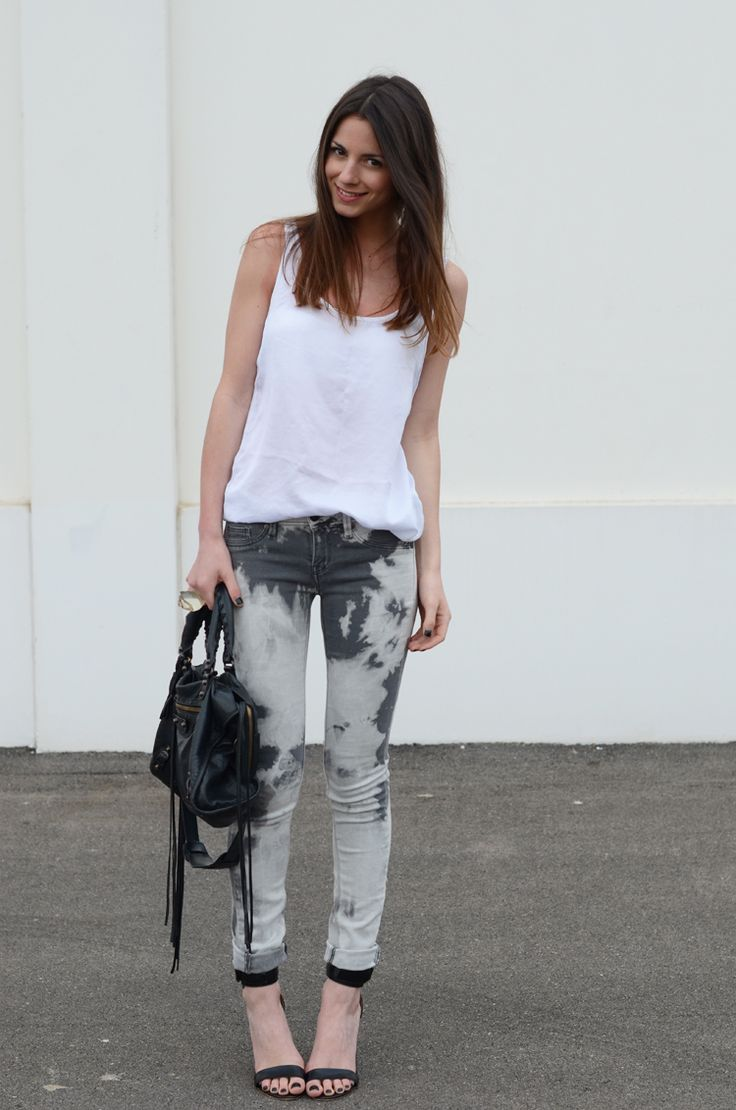 Combine a pair of printed jeans with a simple tank, sexy strappy sandals, and your favorite bag for an effortlessly chic date night outfit.: Outfits, Fashion,  Blue Jeans, Jeans Style, Ties Dyes Jeans, Pants, Balenciaga Bags, Bleach Jeans, Bleach Denim