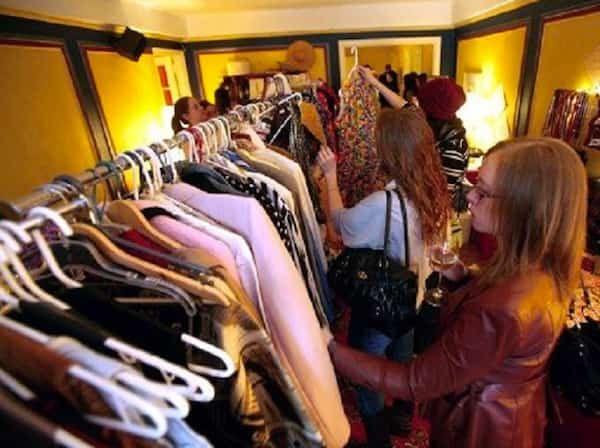 Au lieu d'acheter de nouveaux vêtements, je préfère organiser des soirées conviviales entre copines. Je vous explique ?  Découvrez l'astuce ici : http://www.comment-economiser.fr/vetements-troc-echanger-preter-amis.html?utm_content=bufferf6618&utm_medium=social&utm_source=pinterest.com&utm_campaign=buffer
