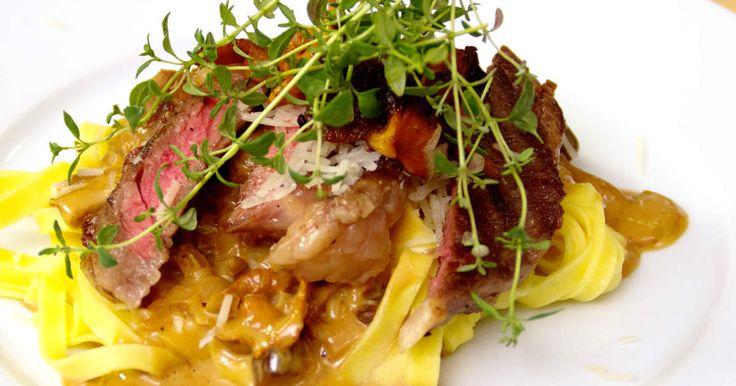 Gräddig pasta med svamp, stekt entrecôte och tryffel.