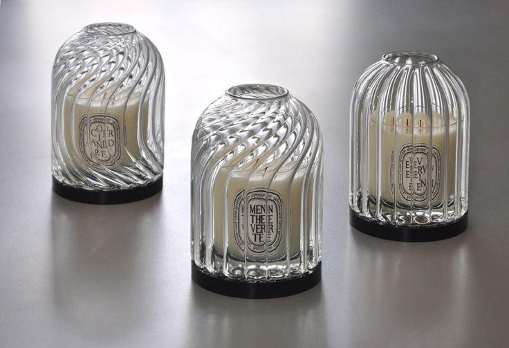 Duftlysholderne i håndblåst, rillet glass fra Diptyque Paris