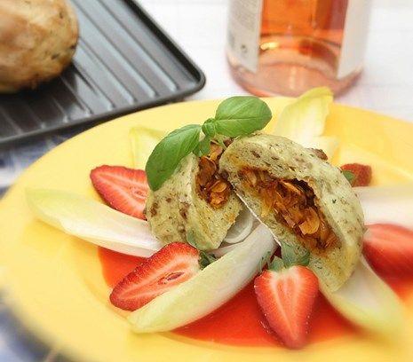 Een frisse en simpele aardbeiensalade! Het recept hoort bij het recept 'Bapao' van Pierre Wind, uit ons e-kookboek. Nieuwsgierig naar dit kookboek? Bekijk het via http://flexitarier.nl/e-kookboek/ #recept #aardbei #salade