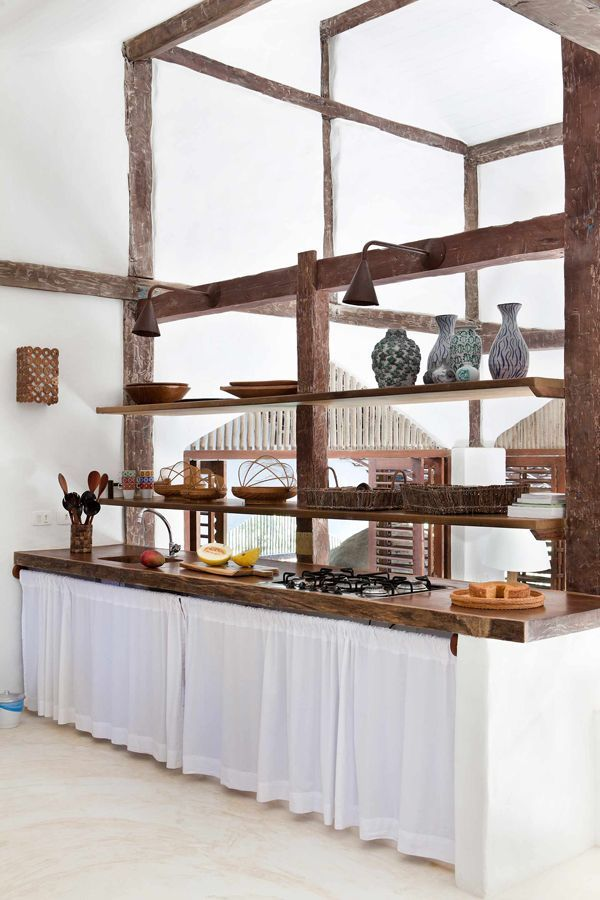 Casa de praia em Trancoso - Decoração rústica e aconchegante - Casa Tiba -Cozinha branco e madeira ( Projeto: Vida de Vila )