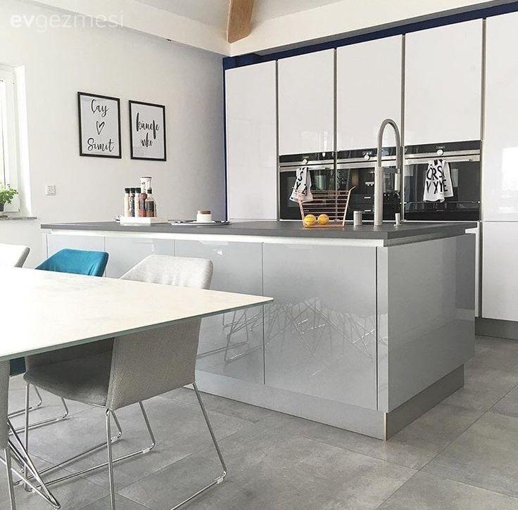 Mutfak adası, ekstra depolama ve pişirme alanı kazanmanın yanında, oturma bölümü ve mutfak arasında doğal bir seperatör işlevi görüyor..