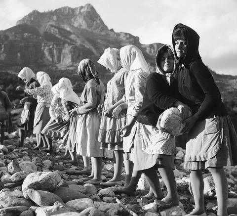 ΤΑΚΗΣ ΤΛΟΥΠΑΣ-Κουβαλώντας  πέτρες στον Πάμισο 1964