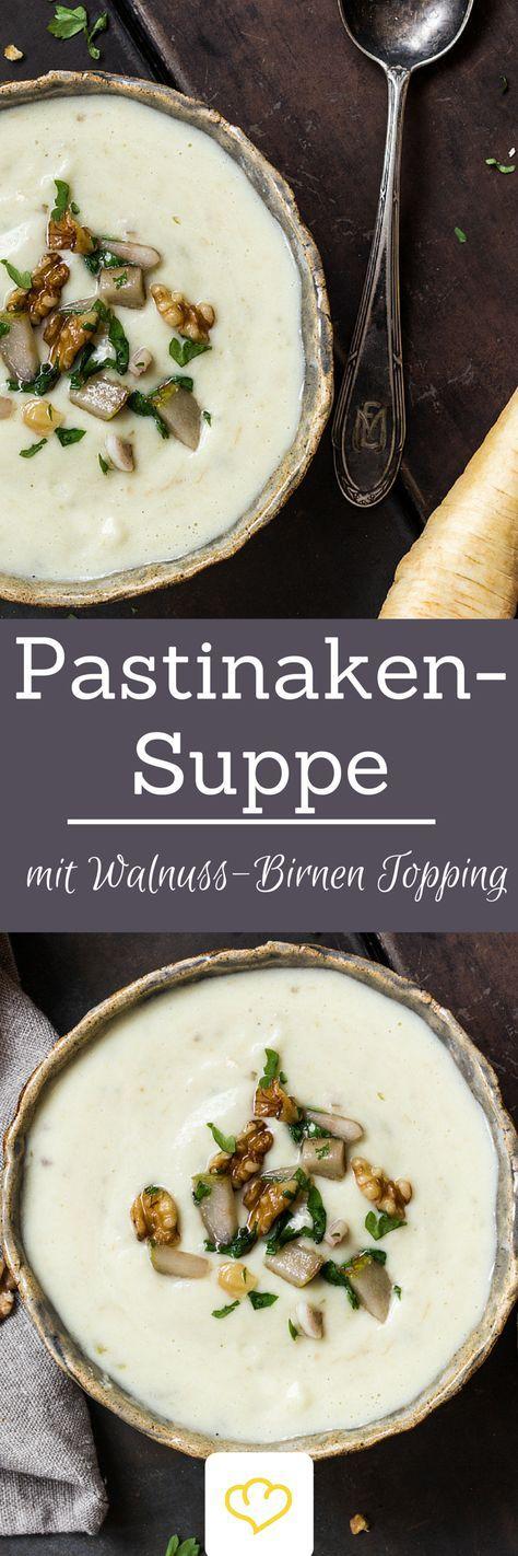Pastinakensuppe mit Walnuss-Birnen-Topping Pastinake und Topinambur vereinen sich zu einer köstlichen Suppe, die von gerösteten Walnüssen, fruchtigen Birnen und frischen Kräutern getoppt wird. Ein herrliches Suppenvergnügen für jeden Tag!