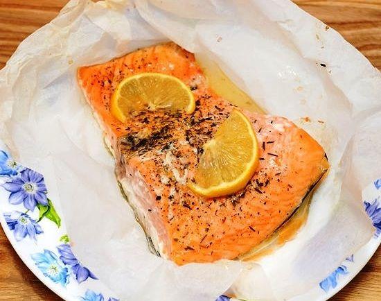 Лосось, запеченный в пергаментной бумаге Ароматный, мягкий и нежный лосось, запеченный в духовке с лимонным соком, оливковым маслом, вином, зеленью и овощами.