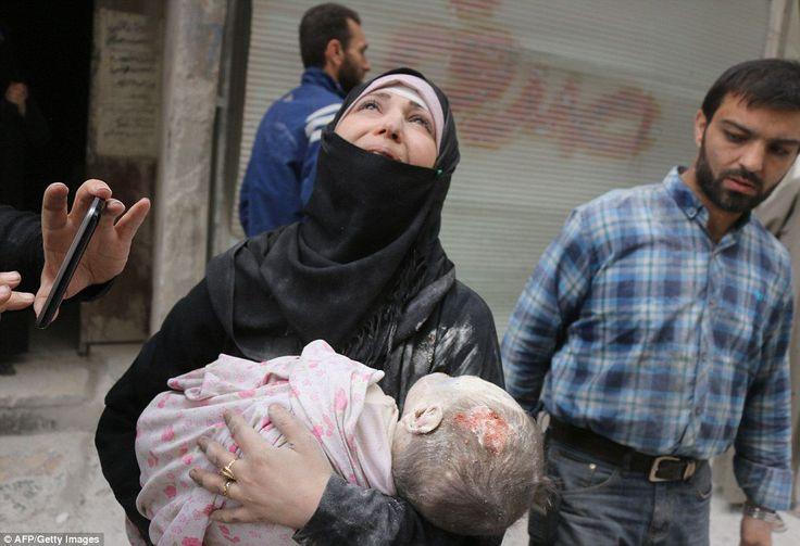 Foto-foto Pilu Warga Suriah yang Gemparkan Dunia Sepanjang 2016 Versi AFP  KIBLAT.NET  Kantor berita Perancis Agence France Presse (AFP) baru-baru ini merilis sejumlah foto yang menggemparkan dunia sepanjang 2016. Foto-foto tersebut paling banyak dibagikan dan dibicarakan oleh masyarakat dunia.  Kurang lebih ada 28 foto menurut versi AFP yang menjadi sorotan dunia. Namun yang menarik foto paling banyak soal korban akibat serangan udara militer Suriah dan Rusia.  Dari 28 foto tersebut…