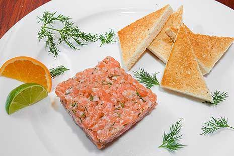 Tatarák z lososa podávejte s opečenými toasty;Petr Makovička