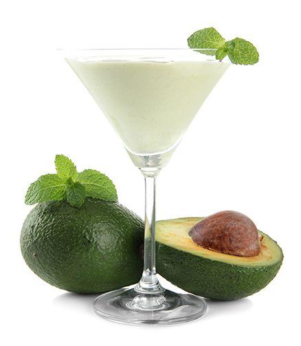 No liquificador, bata meio abacate com uma colher de nata ou creme de leite, óleo de coco ou leite de coco. Adicione adoçante a gosto. Adicione uma ou duas colheres de sopa de suco de limão para adicionar um pouco mais de frutas na sua dieta.