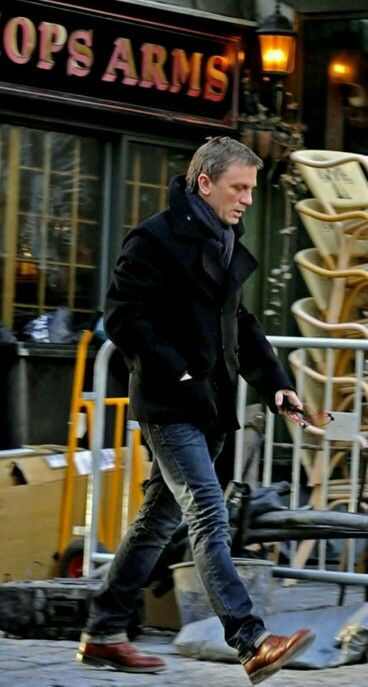 Daniel Craig in perfect city smart/casual for a winter day.