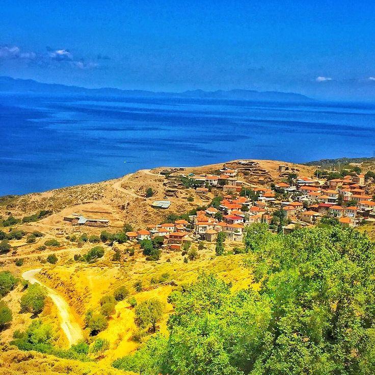 Sarpincik köyü / Karaburun İzmir  Cumartesi günü oglumla yollardayiz. Karaburunu geçip ildiri çesme yönüne devam ettiginizde bir çok güzel köy den gececeksiniz. Bunlardan belki de en güzeli Sarpinçik.  Yola devam ettiginizde issiz koylarda denize gorebilirsiniz. Ayni yoldan dileyen Balikliova üzerinden İzmir'e donebilir yada Ildiri ya ve Çesme ye devam edebilir. Biz ikinciyi seçerek Çesme ye devam ettik.  #nonishousecafe #karaburun #sarpincik #köy #village #izmir #turkey #alaçatı #alacati…