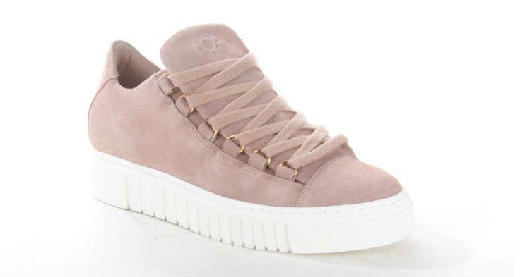 Roze damessneaker van AQA op een plateauzool. De sneaker is opvallend door de brede vetersluiting. De platformsneaker is gemaakt van suède en heeft een leren voering. #shoes #suède #roze #sneaker #women #shoesinspiration #outfit #aqashoes