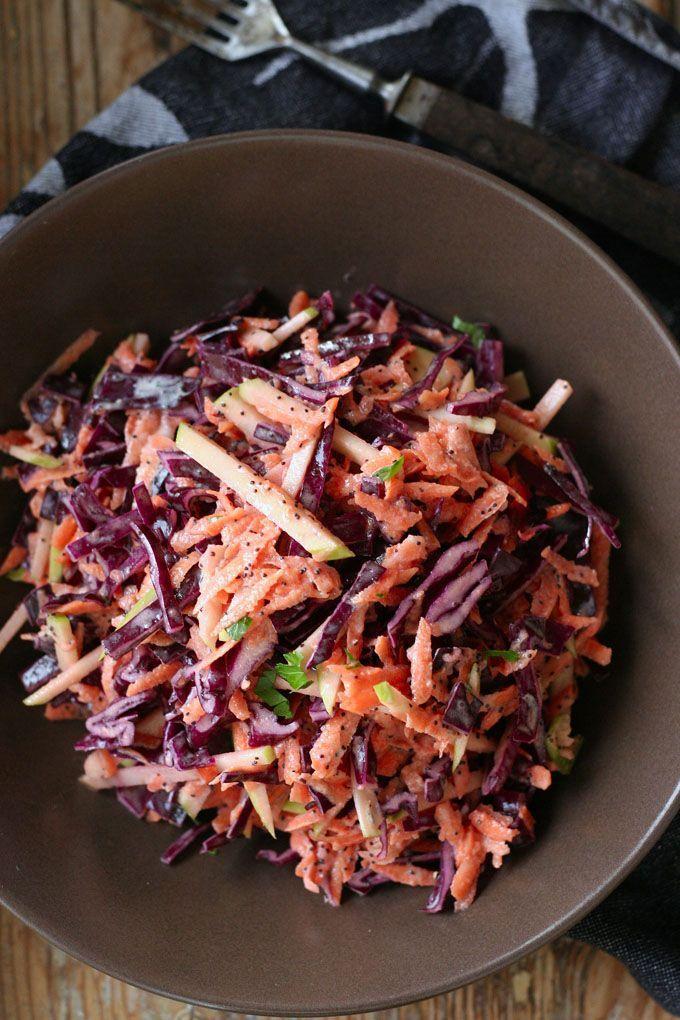 Knackiger Rotkohlsalat mit Apfel und Mohndressing - Kochkarussell