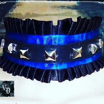 Lolita GARGANTILHA DORRERYS PROD: 137 R$ 40,00 * Babados em cetim preto * Fita em cetim azul * Cinto de couro cinético preto * Spikes em metal