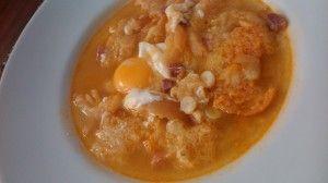 Sopa de ajo, o sopa castellana.  http://www.aprendecocina.net/2014/03/07/sopa-de-ajo-o-sopa-castellana/:
