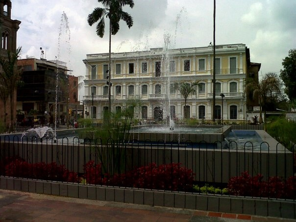Alcaldía Municipal edificio antiguo y Parque de Bolivar