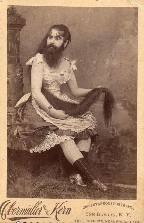 """Il Freak Show era sostanzialmente uno spettacolo di rarità biologiche tanto in voga durante l'Ottocento, fino alla prima metà del Novecento. I """"fenomeni d"""