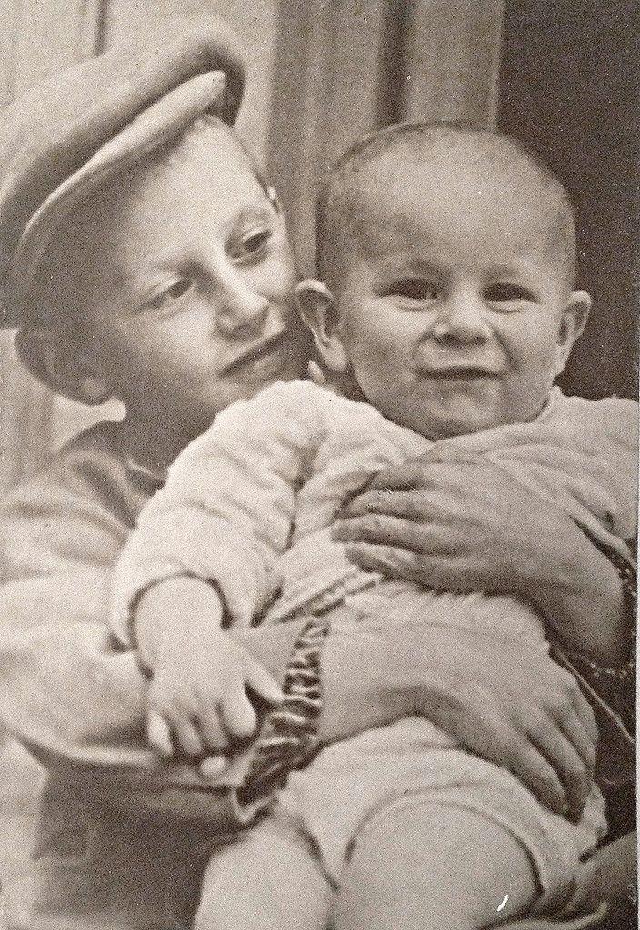 Саша Бурдонский  -  В победном мае 45-го  родители разойдутся, Василий Сталин оставит детей себе и запретит матери общаться с ними.  Новая  жена  -  дочь  маршала  Тимошенко  была  для  них  настоящей  мачехой.