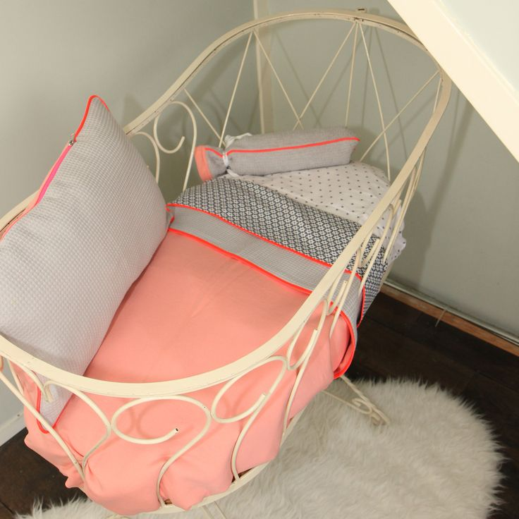 Baby kamertje in kleurstelling grijs/koraal. Girly Coral. #toeti #toetiforkids #babykamer #nursery #wiegdeken #ledikantdeken