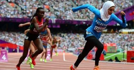 """Woroud Sawalha est la première athlète palestinienne participant aux JO. En 2'29""""16, elle finit 11 secondes sous son record, dernière de sa série à 21 secondes de la gagnante, l'Ukrainienne Nataliia Lupu."""