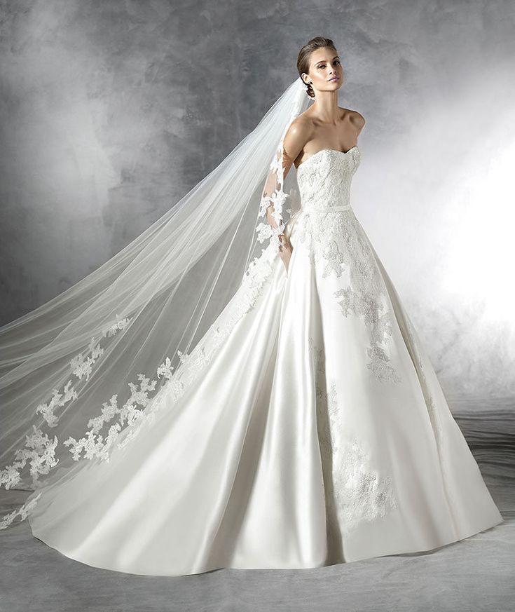 La Primura de su tejidos satinados y el buen gusto se unen en este vestido de Pronovias