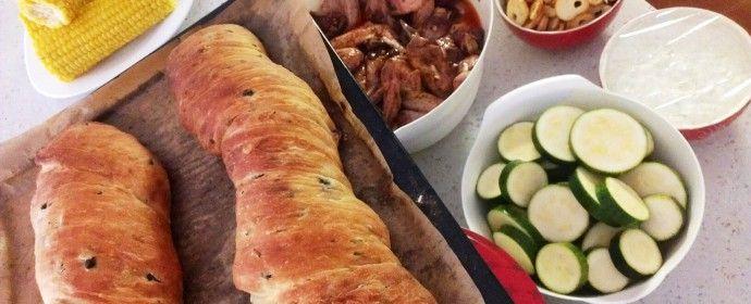 Řecké menu: Olivový chléb s mátou, souvlaki, tzatziki a okurková limonáda s tymiánem