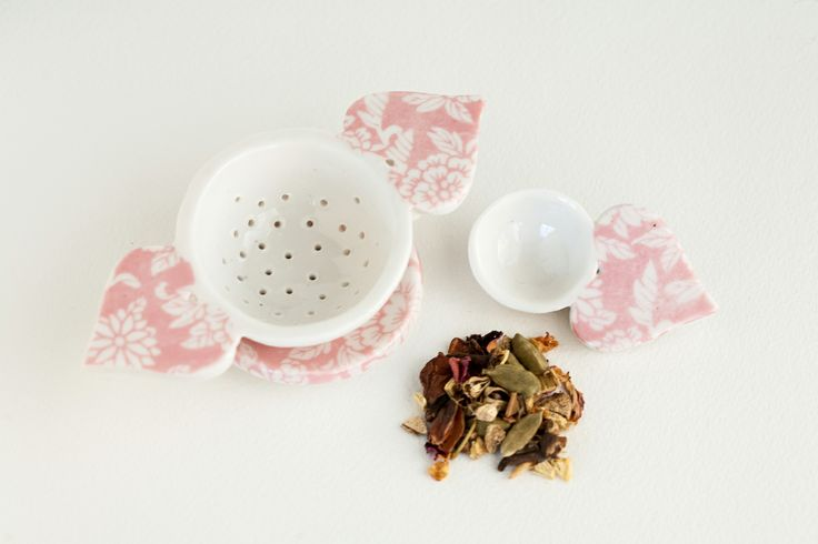 handmade porcelain tea strainer sets for tea lovers http://www.bluecaravan.net/pebukupottery/item/porcelain-tea-strainer-set/