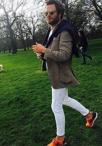 【春】ブラウンジャケット×白パンツ・オレンジスニーカーの着こなし(メンズ)   Italy Web