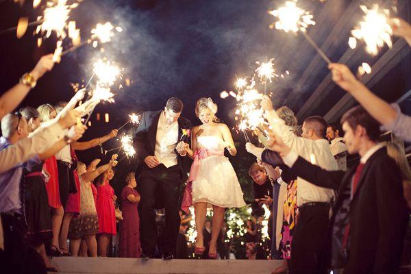 Superfeestelijk: sterretjes tijdens je vertrek #bruiloft #trouwfoto #poses #idee #inspiratie #trouwen #wedding #photo #inspiration | ThePerfectWedding.nl
