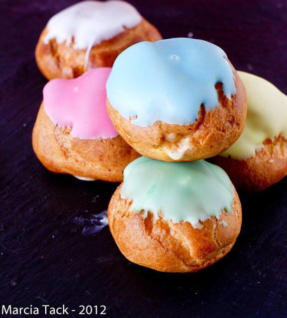 Une jolie idée colorée pour changer de la pièce montée au caramel avec ces petits choux recouvert de fondant de toutes les couleurs