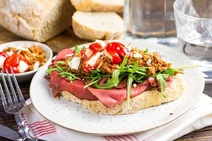 Recept voor sandwich voor 4 personen. Met rosbief, wit brood, tapenade , peppadew en rucola