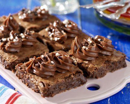 Lyxigt vacker kaka som får ett stort plus för sin tydliga mintsmak. Om frostingen breds på i stället för att spritsas räcker det med en halv sats. Mint- & nutellarutor ca 24 st 200 g...