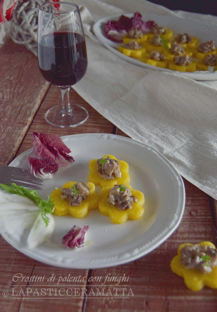 Crostini di polenta con funghi ....antipasto per le feste ! CLICCA SOTTO PER LA RICETTA ↓↓↓ http://blog.giallozafferano.it/lapasticceramatta/crostini-di-polenta-con-funghi/