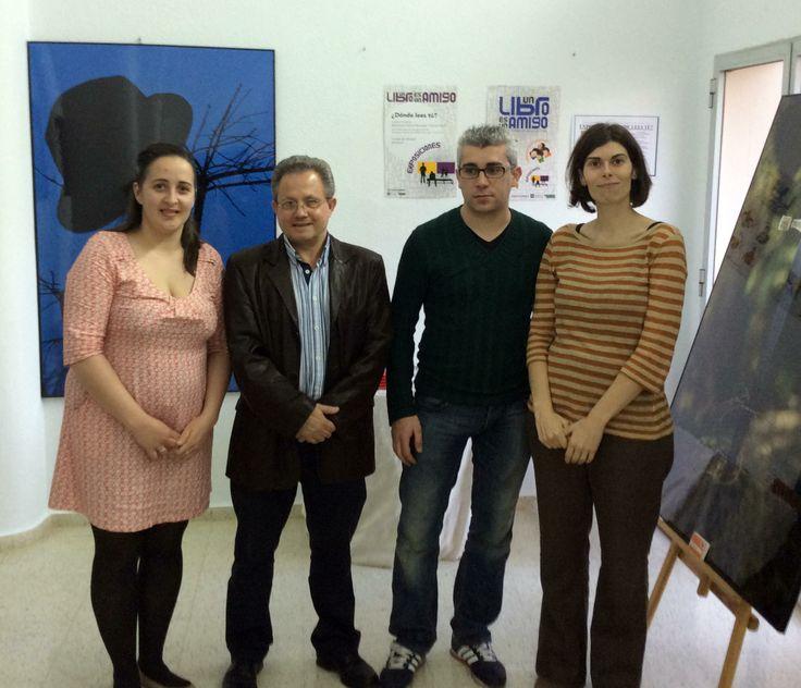 Inauguración de la exposición ¿Dónde lees tú? en Fuente del Maestre (Badajoz) el 18 de marzo de 2014   Un libro es un amigo