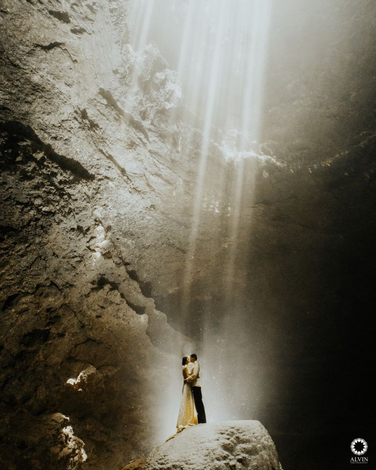 Kiss me under the light of a thousand stars. . Courtesy from Natalie & Raymond Prewedding Location Jomblang Cave, Wonosari Yogyakarta . . Photograph by @mohdnoval Check our website for the other photos at www.alvinphotography.co.id