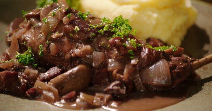 Konijn met rode wijn, spek, champignons en aardappelpuree (bekijk video) - Tv Eén - Dagelijkse kost !