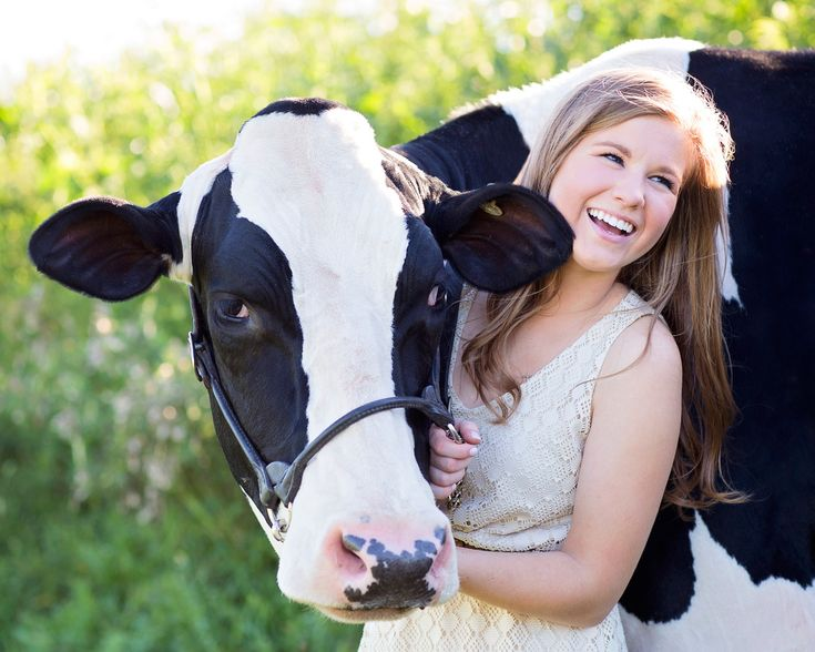 Farmgirl Photography | Senior girl | Cow | Farm