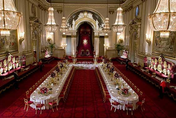 Buckingham Palace : the State Ballroom laid for a State Banquet