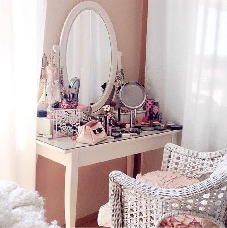 pingl par sher a sur coiffeuses pinterest rangements maquillage coiffeur et coiffeuse meuble. Black Bedroom Furniture Sets. Home Design Ideas