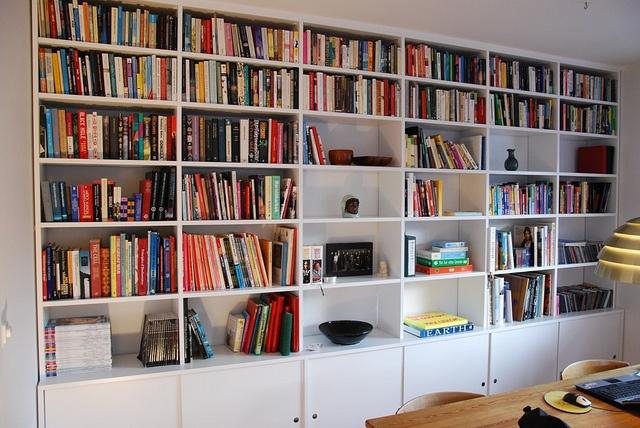 Platsbyggd bokhylla by jerkerinredning, via Flickr