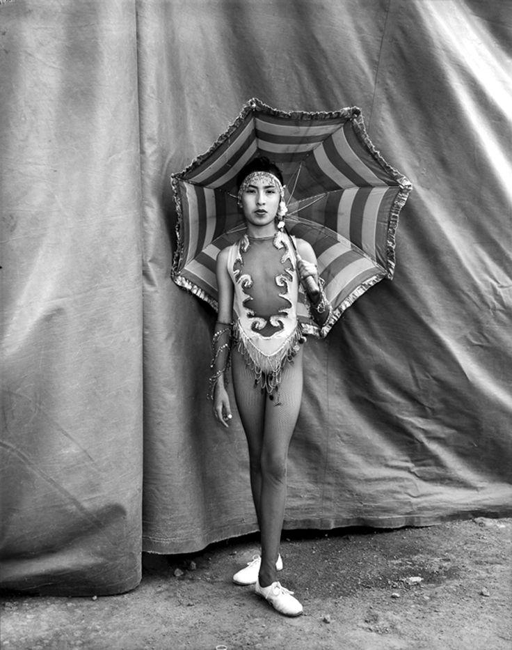 photo noir et blanc : Mary Ellen Mark, acrobate indienne