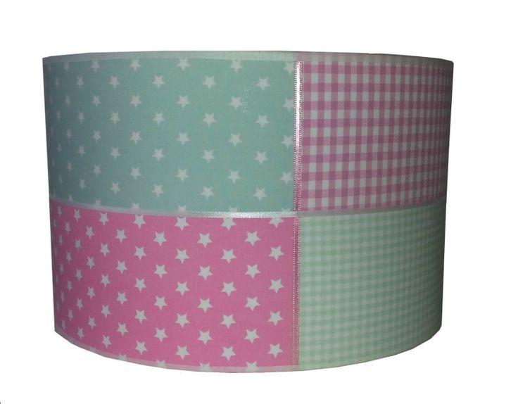 Een hippe lamp voor in de kinderkamer in roze met mint en vrolijke sterretjes.