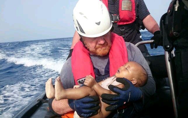 Una fotografia di un bambino migrante annegato tra le braccia di un soccorritore tedesco è stato distribuito Lunedi da un'organizzazione umanitaria che mira a persuadere le autorità europee per garantire un passaggio sicuro per i migranti http://feeds.reuters.com/~r/reuters/topNews/~3/526LoqFsGu4/us-europe-migrants-baby-idUSKCN0YL18P