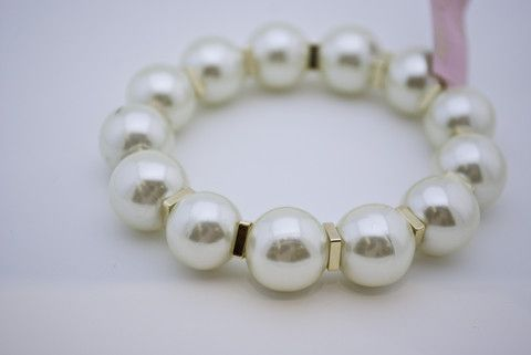 This fashionable #stretchy #pearl #bracelet is perfect for a night out ensemble. The 18k gold-plated details add a touch of glamour. Approximate diameter: 2 inches.