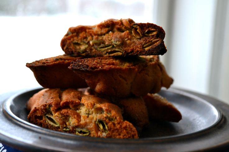 Försvinnande goda kakor med mängder av pumpakärnor i, typ biscotti. Jag odlar kärnorna själv men det går lika bra att använda köpta förstås.
