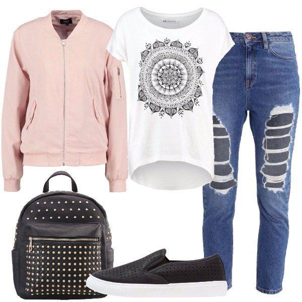 Total look composto da: t-shirt bianca con stampa, jeans baggy 7/8 a vita alta blu con strappi, giubbotto bomber rosa con tasche laterali, sneakers nere in finta pelle, zainetto nero in finta pelle con borchie.