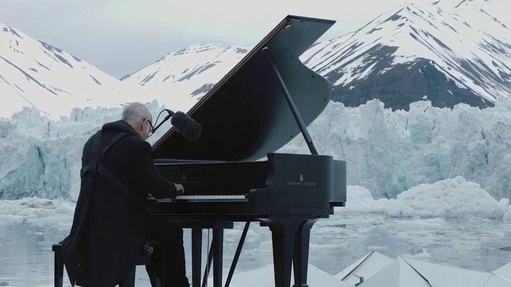 Un piano de cola en el Ártico. El pianista  Ludovico Einaudi toco en el medio del Ártico para crear conciencia de lo que esta sucediendo en ese lugar: La desaparición del Ártico.